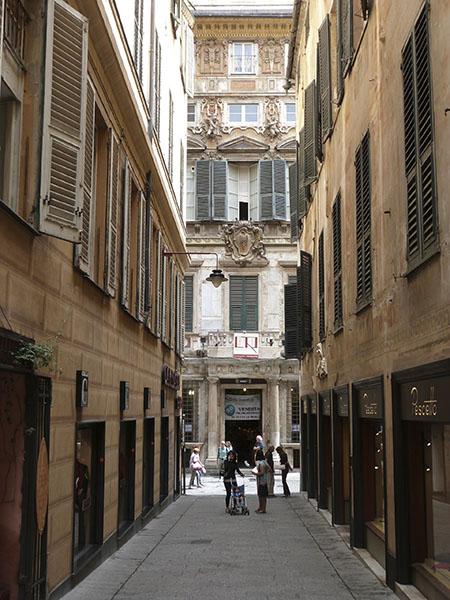au fond de la rue, un palais