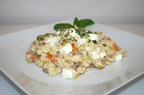 44 - Speck-Käsespätzle mit Lauch, Möhren & Feta - Seitenansicht / Bacon cheese spaetzle with leek, carrots & feta - Side view