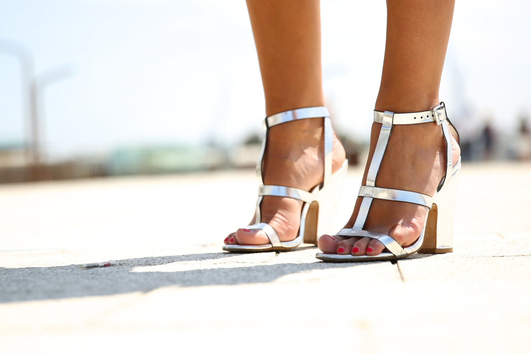 trendy_taste-look-outfit-street_style-ootd-blog-blogger-fashion_spain-moda_españa-silver_bag-bolso_plata-mono_rosa-mekdes-coruña-marina-1