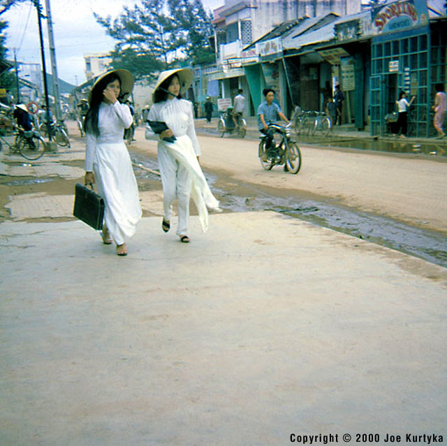 Downtown QUI NHON 1966-67 - Vietnamese Schoolgirls