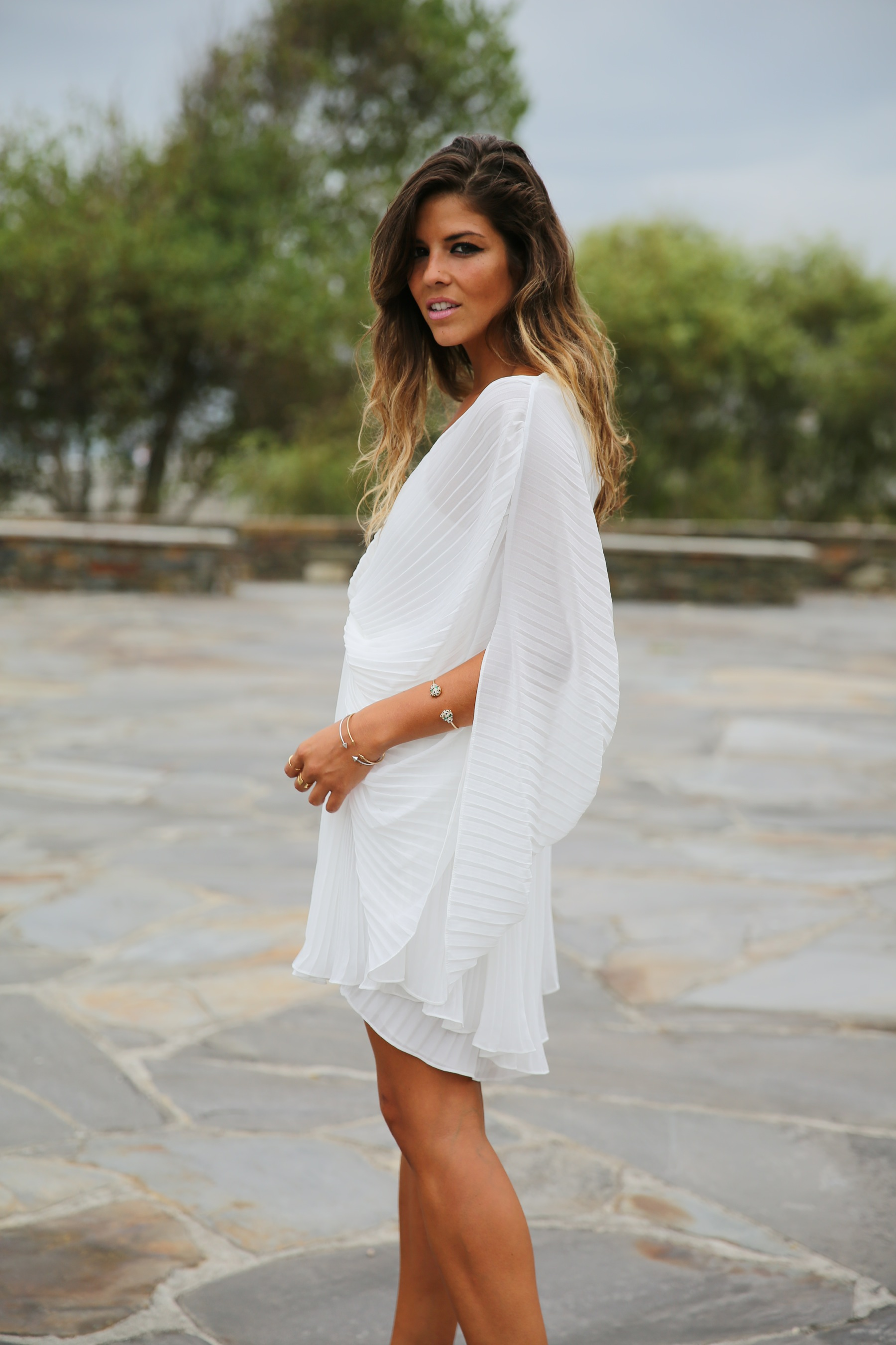trendy_taste-look-outfit-street_style-fashion_spain-moda_españa-blog-blogger-vestido_blanco-white_dress-müic-jewels-joyas-leo_sandals-sandalias_leopardo-clutch_pedreria-3