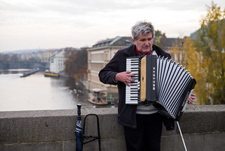 Károly híd képe. street leica m 240 summilux 50 europe czech republic czechia bohemia prague cesko ceska republika praha hlavni mesto city cityscape travel tourism music musician accordion charles bridge karluv most praag prag praga calm autumn afternoon