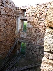 Hameau de Pruna : l'intérieur avant de la 3ème grande maison ruinée depuis l'escalier