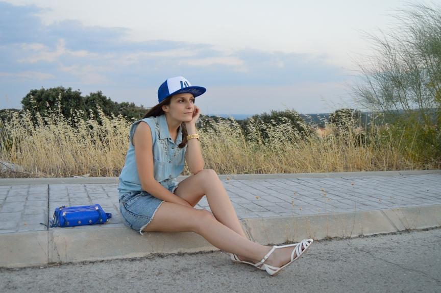 lara-vazquez-mad-lula-fashion-look-denim-blue-look-cap-rapper-cap