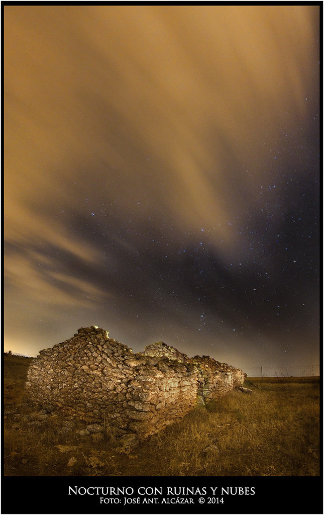 Nocturno con ruinas y nubes