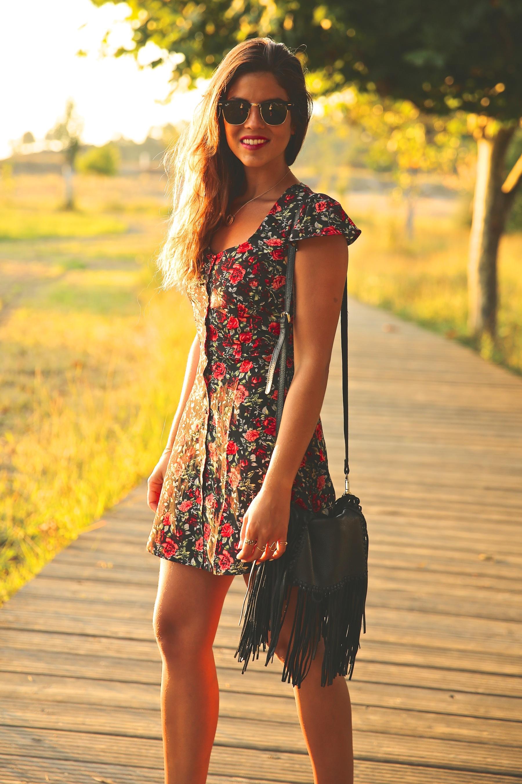 trendy_taste-look-outfit-street_style-ootd-blog-blogger-fashion_spain-moda_españa-flower_print-dress-vestido-flores-sandalias_negras-black_sandals-platforms-sunset-playa-beach-summer-9