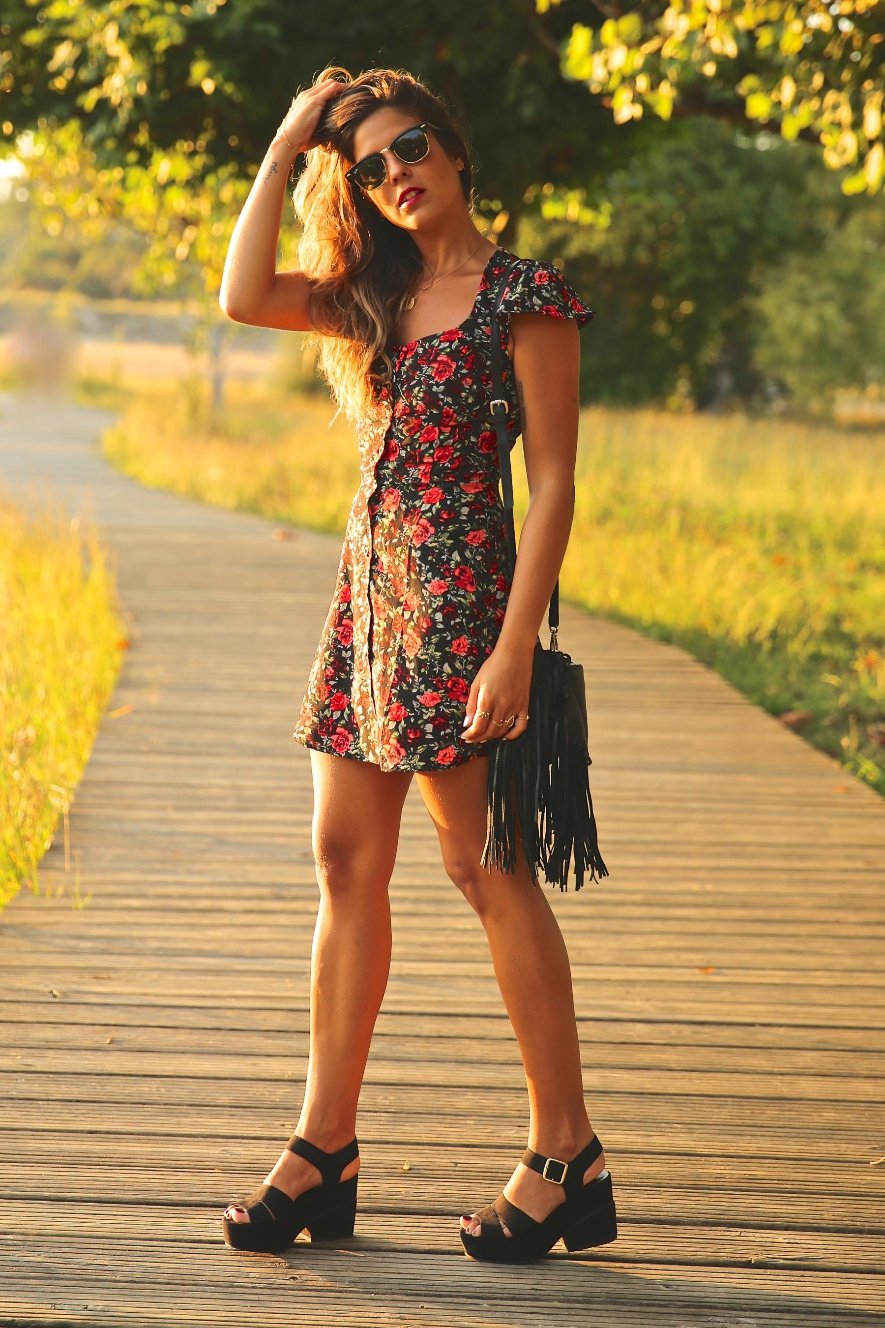 trendy_taste-look-outfit-street_style-ootd-blog-blogger-fashion_spain-moda_españa-flower_print-dress-vestido-flores-sandalias_negras-black_sandals-platforms-sunset-playa-beach-summer-14