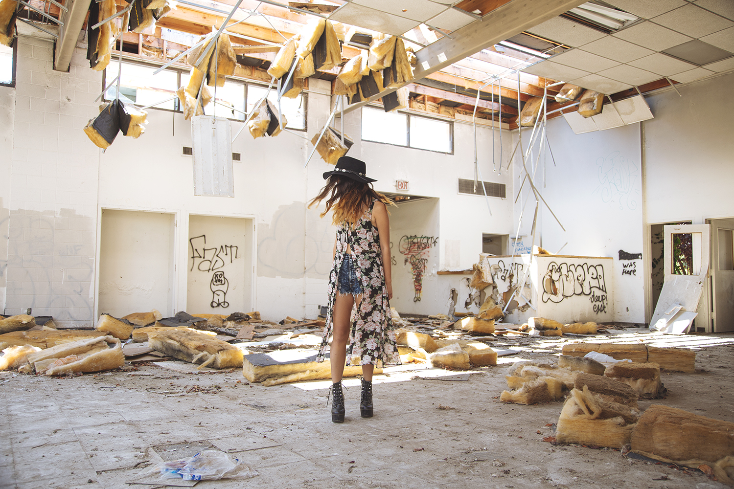 floral maxi dress, kimono vest, platforms, jeffrey campbell tardy, concho hat, abandoned building photoshoot, abandoned building, vant jag, vant jag psychedelic triangle bib
