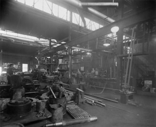 Surface workshops where mine equipment is being repaired and assembled, Hollinger Mine, Timmins, Ontario / Ateliers de surface où le matériel de la mine est réparé et assemblé, mine Hollinger, Timmins (Ontario)