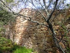 Hameau de Pruna : un des murs extérieurs de la 1ère grande maison ruinée