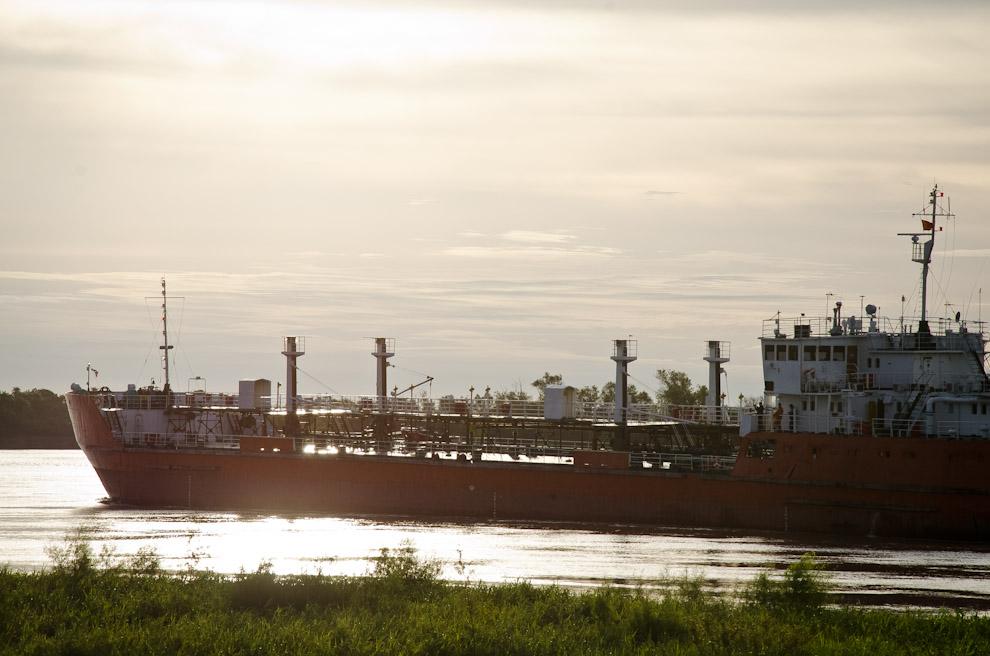 """El barco """"Doña Annette"""", de 115 metros de largo, en su paso frente a la ciudad de Humaitá, transporta combustible navegando a través del Río Paraguay. (Elton Núñez)"""