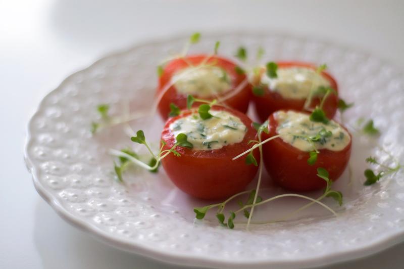 Tomates com queijo-creme e ovos cozidos