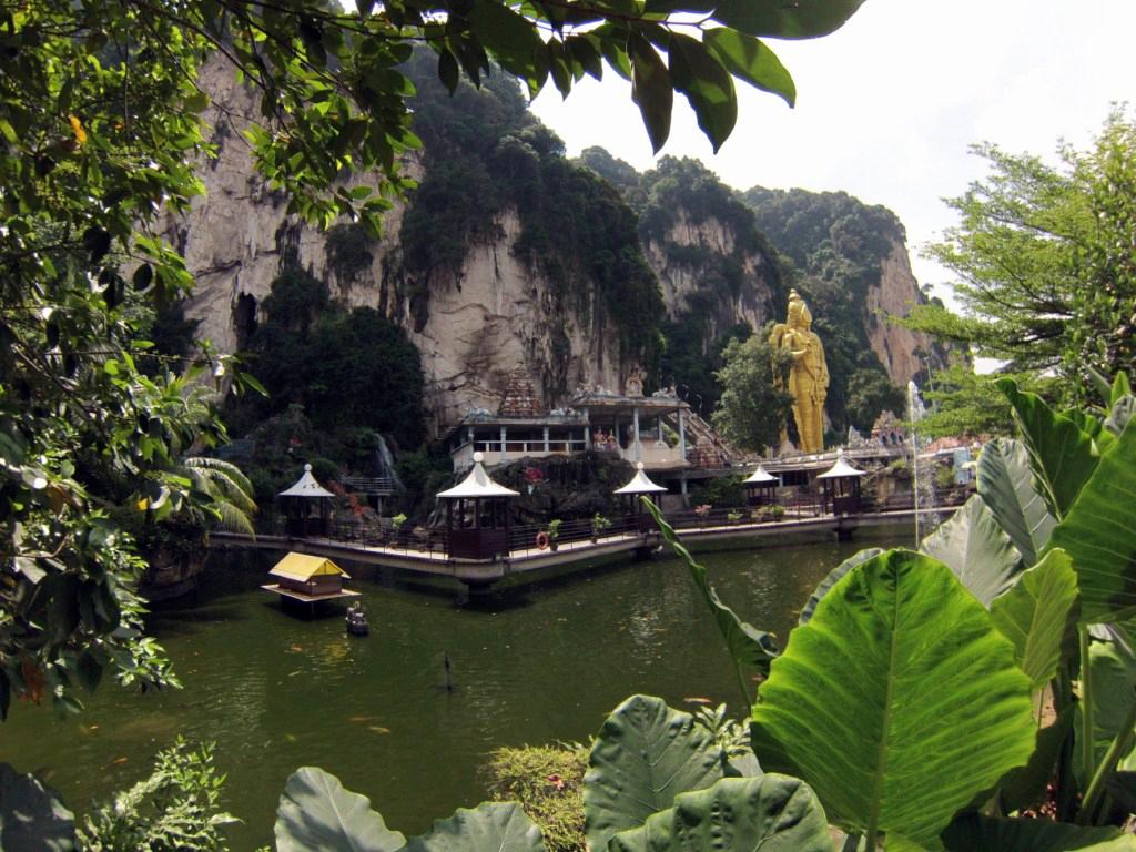 Cuevas Batu desde el zoo de la entrada Cuevas Batu en Malasia, el templo hindú más grande fuera de la India - 14726224393 bc84b670af b - Cuevas Batu en Malasia, el templo hindú más grande fuera de la India