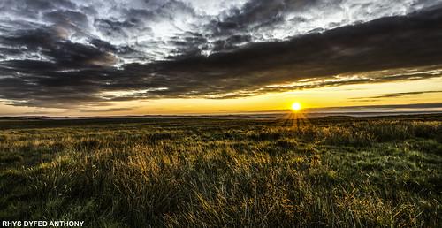 sunset red orange grass wales carmarthenshire visit tokina mynydddu 1116mm mynydddusunset canoneos600dcarregcennencastletrapcloudsweatherblackmountainmynydddusunsettywivalleyammanfordwalescarmarthenshireammancarmarthendiscovervisitcymrusirgarcaerfyrddinef