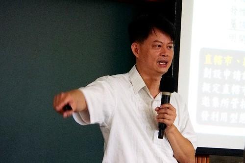 營建署綜合計畫組一科科長廖文弘向大家說明何謂「全國區域計畫」。地球公民基金會攝。