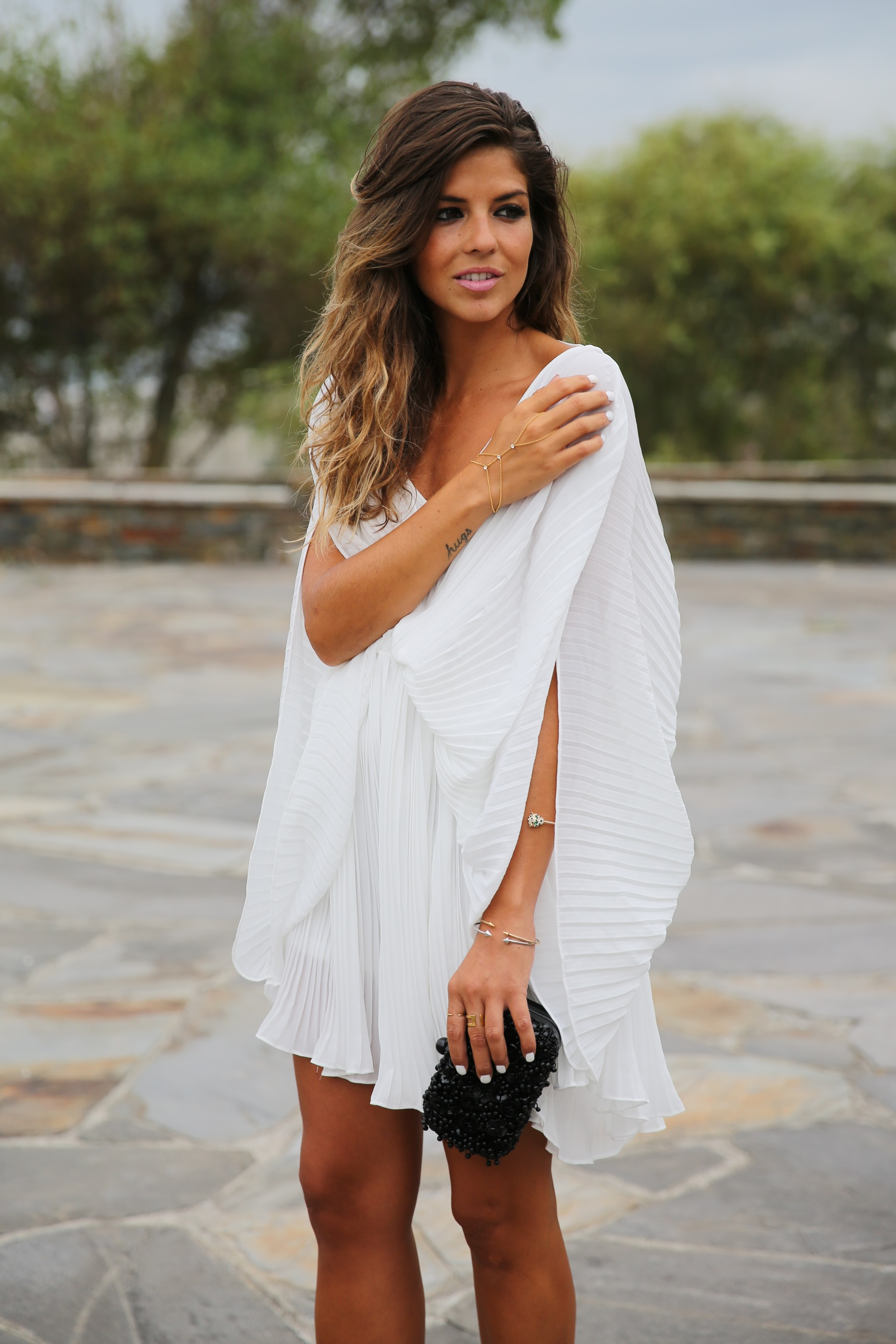 trendy_taste-look-outfit-street_style-fashion_spain-moda_españa-blog-blogger-vestido_blanco-white_dress-müic-jewels-joyas-leo_sandals-sandalias_leopardo-clutch_pedreria-7