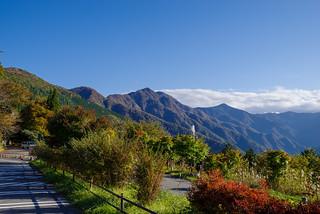 雲取山と白岩山を展望@三峯神社駐車場