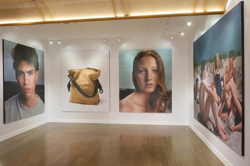 Capsul系列發表會場由攝影師Steven Meisel的海報與Flamenco Knot,詮釋品牌追求純粹及結合藝術的核心靈感