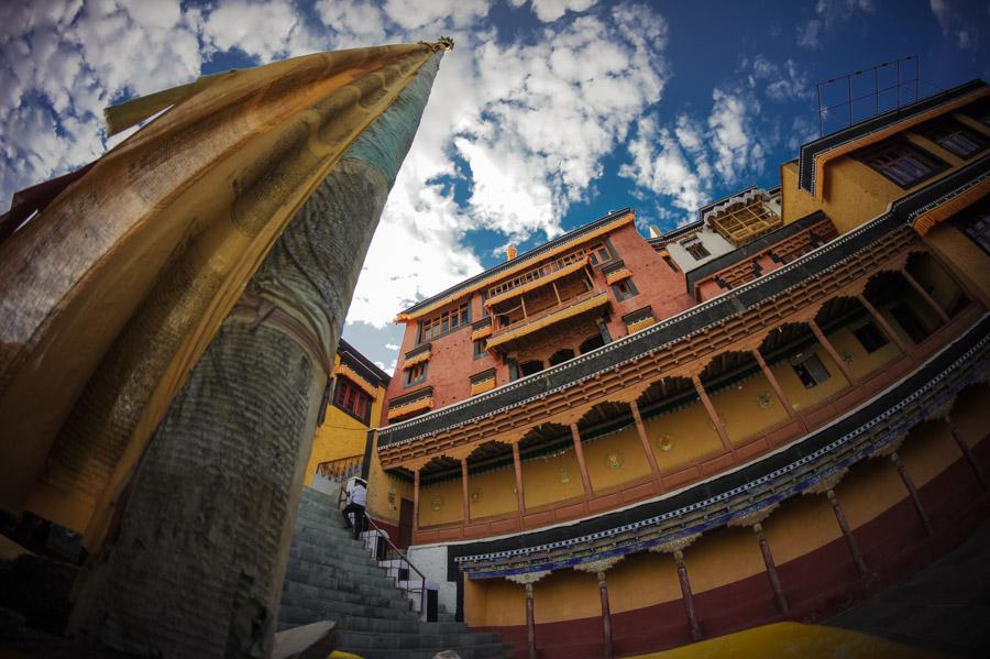Двор монастыря Тикси. Монастыри Ладакха (Монастыри малого Тибета) © Kartzon Dream - авторские путешествия, авторские туры в Ладакх, тревел фото, тревел видео, фототуры