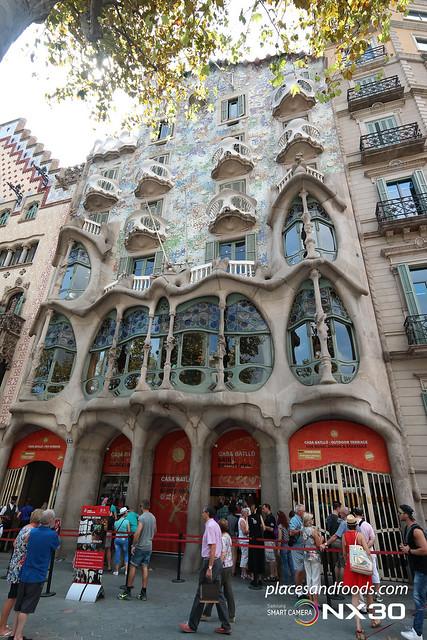 barcelona casa batllo wide shot