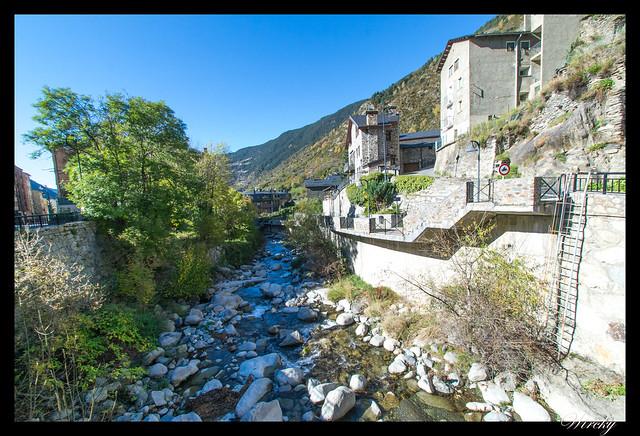 Conjunto histórico de Les Bons - Casas de Les Bons junto al río Valira de Oriente