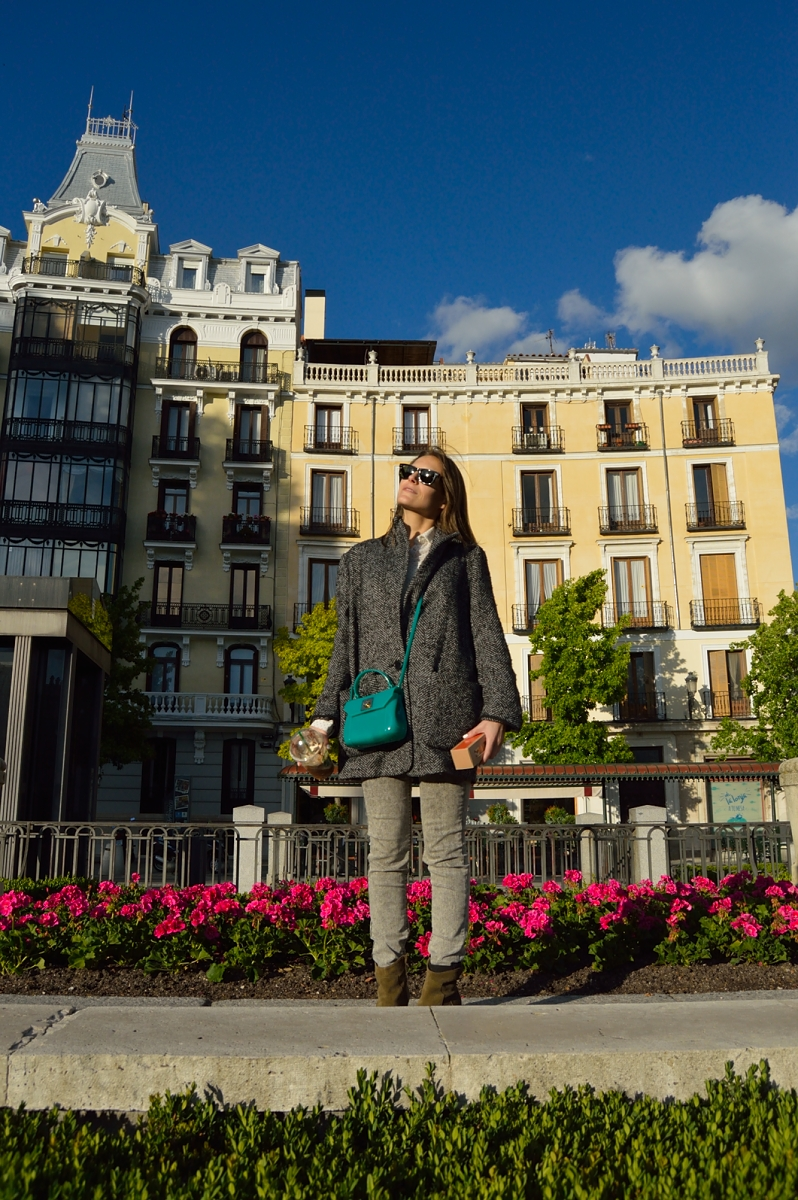 lara-vazquez-madlula-blog-style-streetstyle-color-attire-grey