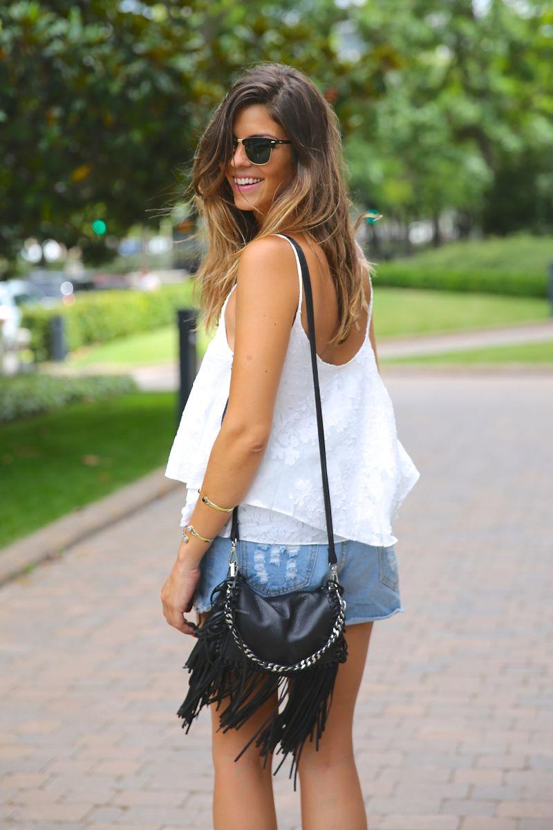 trendy_taste-look-outfit-street_style-ootd-blog-blogger-fashion_spain-moda_españa-fringed_bag-bolso_flecos-sandalias-verano-summer_sandals-ugg_australia-denim_shorts-shorts_vaqueros-oversize-6