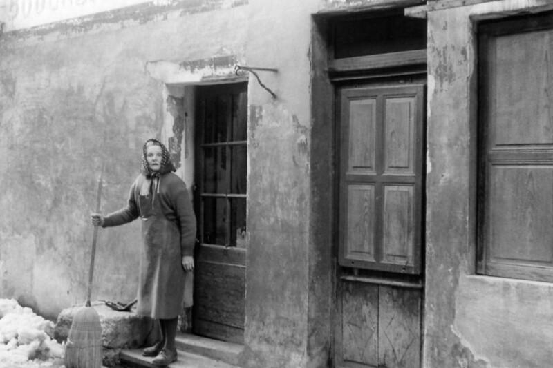 Hélène Guibert balaie devant sa porte