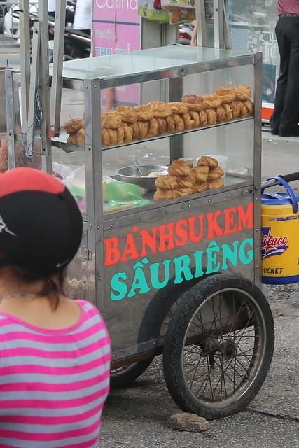 Bánh su kem sầu riêng - Choux cream pastry on the street!
