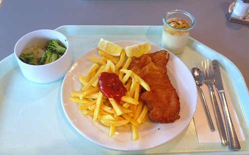 "Schweineschnitzel ""Wiener Art"" mit Pommes Frites / Pork scallop ""vienna style"" with french fries"
