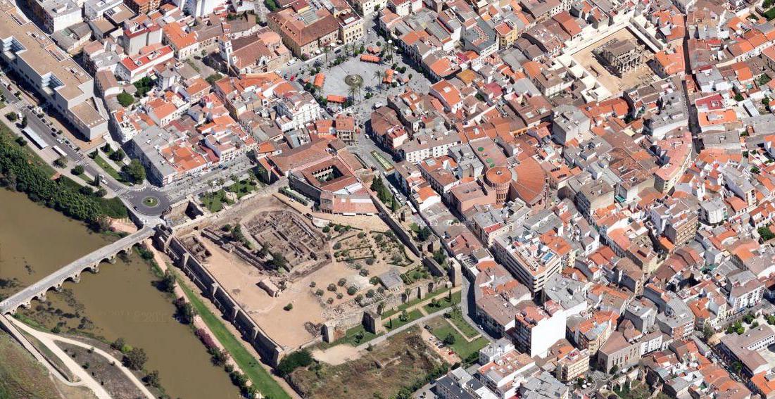 Junto al río Guadiana y al puente romano, custodiado por una muralla y 25 torres se encuentra la Fortaleza o Alcazaba Árabe de Mérida en la que se guardan lugares tan impresionantes como el Aljibe. El aljibe de la Alcazaba de Mérida - 14827986686 44a57612ed o - El aljibe de la Alcazaba de Mérida