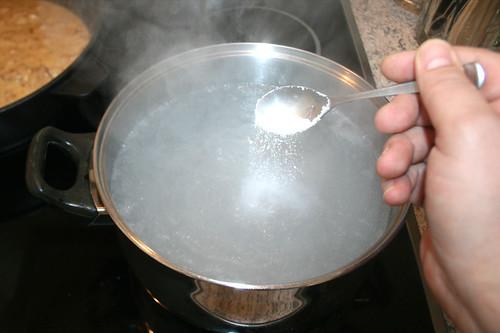 40 - Nudelwasser salzen / Salt water
