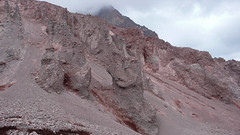 Wzgórze morenowe Khmaura, omijane z daleka z powodu spadajacych kamieni.