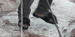 Zamiast raków wystarczy obwiazać buty szmatami - jeden z miejscowych.