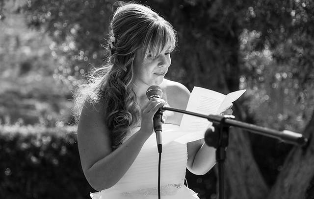 Rebeca leyendo en la ceremonia de la boda