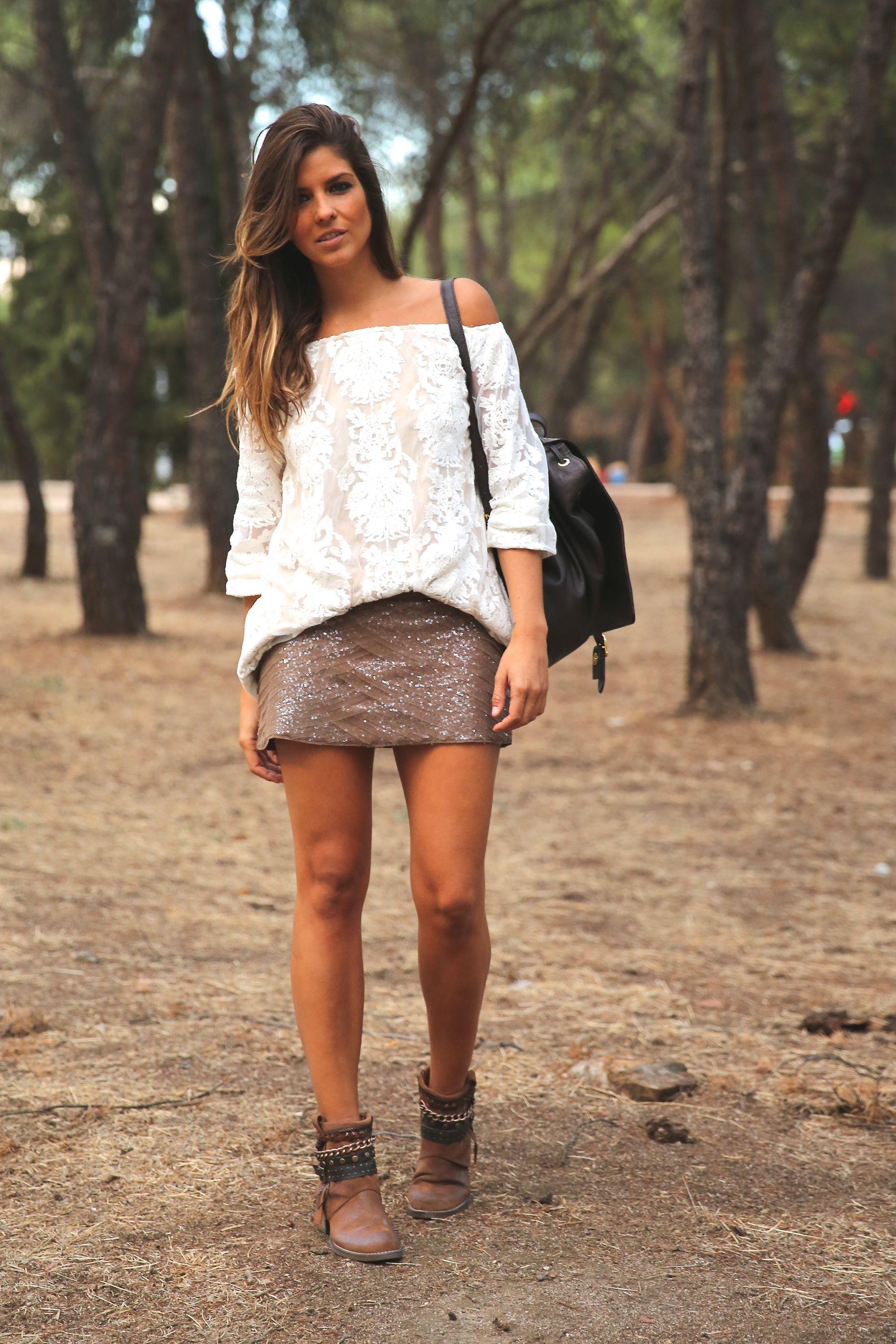 trendy_taste-look-outfit-street_style-ootd-blog-blogger-fashion_spain-moda_españa-primavera/verano-boho-trendy-planes_de_día-lentejuelas-falda-botines-étnico-mochila-crochet-encaje-12