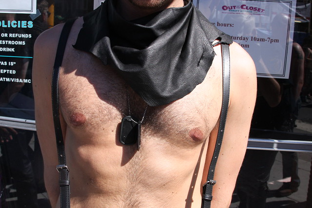 CUTE YOUNG SHIRTLESS HUNK ! FOLSOM STREET FAIR 2016 ! ( safe photo )