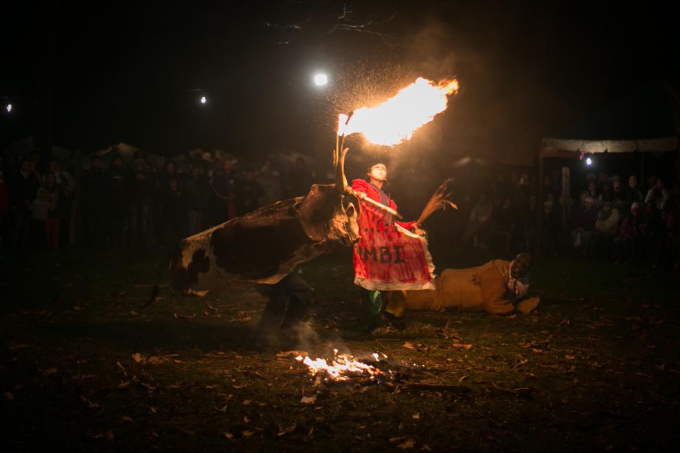 Durante el tradicional festival del Guaicurú Ñemondé, el toro candil salió a perseguir al público mientras el torero intentaba detenerlo en la Ciudad de Altos. (Tetsu Espósito)