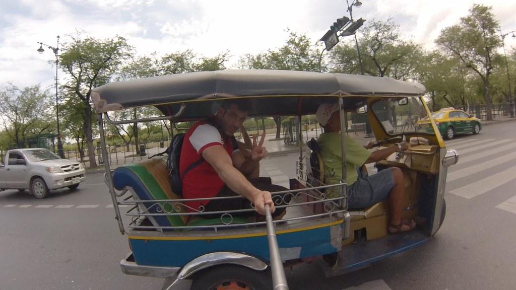 Utilizar el tuc-tuc en Bangkok es divertido pero hay que tener cuidado con los timos a turistas. cómo moverse por bangkok - 14605630022 a5e64c55e4 b - Cómo moverse por Bangkok