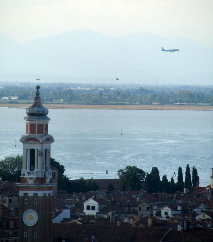 Avión y montañas de Venecia