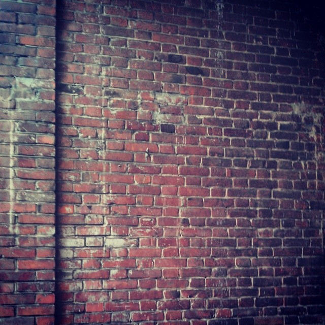 Просто старая кирпичная стена.