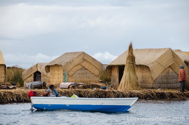 Isla de los Uros en islas del lago Titicaca