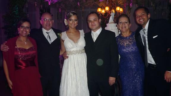 Os noivos Olívia e Leonardo com os Berretta