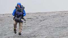 Wspinacz z Czech niesie plecak Rafała przez lodowiec Gergeti.