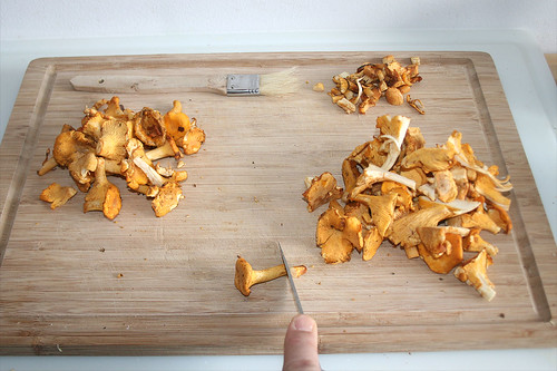 30 - Pfifferlinge putzen / Clean chanterelles