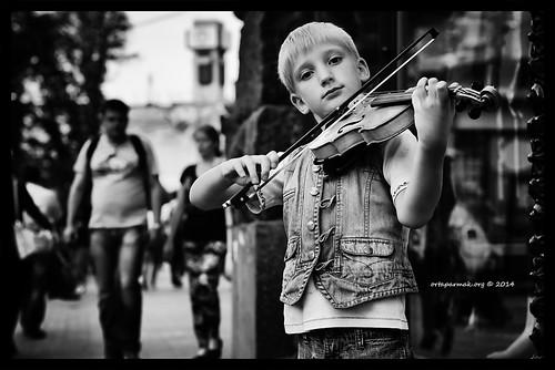 Yakışıklı Sokak Müzisyeni