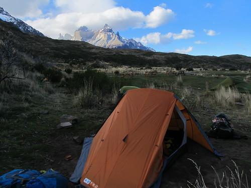 Torres del Paine: trek du W. Jour 3: Mister J monte la tente au camping Paine Grande