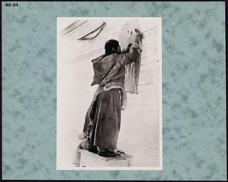 Inuit woman stretching sealskin, Qikiqtaaluk (Baffin Island), Nunavut / Une femme inuite tend une peau de phoque, à Qikiqtaaluk (île de Baffin), au Nunavut