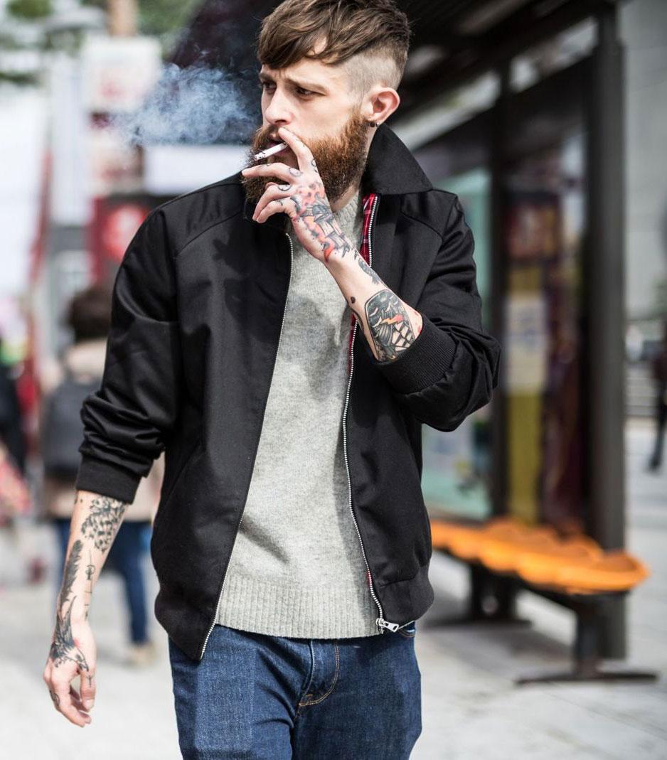 黒スイングトップ×グレーセーター×デニムパンツ
