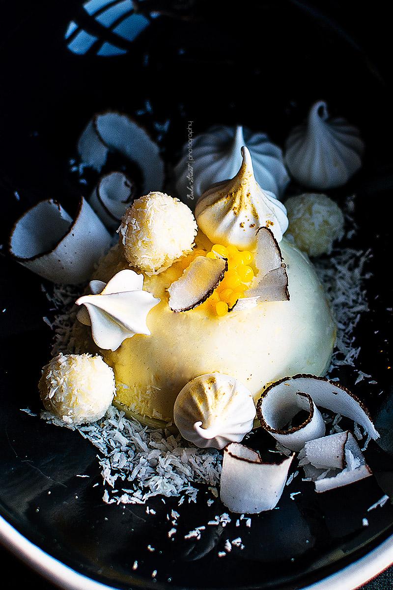 Mousse de mascarpone con bombón de coco y perlas de yuzu